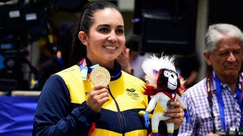 Sara López posa con la presea dorada.
