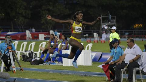 La atleta colombiana Caterine Ibargüen disputando la final del salto triple.