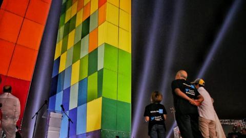 Christian Daes, presidente de Tecnoglass, y el alcalde de Barranquilla, Alejandro Char, observan el momento en que se encienden las luces de La Ventana al Mundo.