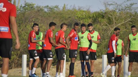 Díaz, Pérez, Cantillo, Balanta, Serje, Ávila, Teófilo, Murillo y Castañeda en una práctica de pelota quieta.