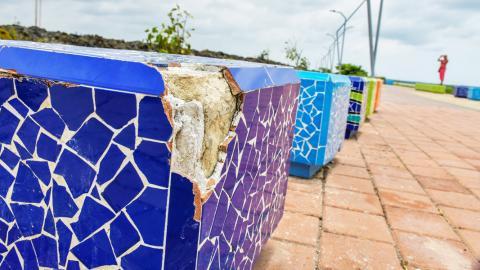 Esta es una de las seis bancas deterioradas en el trayecto del malecón.