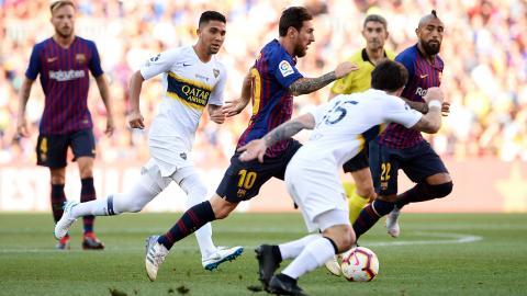 Messi eludiendo defensores xeneizes con facilidad.