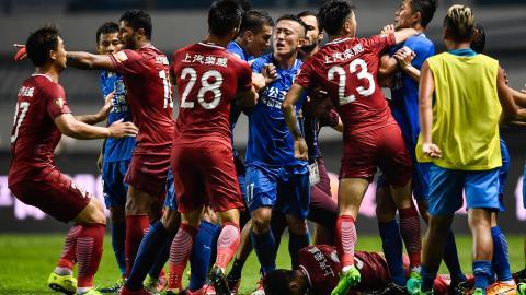 La trifulca que se generó cuando el brasileño Óscar le lanzó un pelotazo a un rival en el fútbol chino.