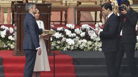 El nuevo presidente de Paraguay, Mario Abdo Benítez (en la izquierda) jura ante el presidente del Congreso de Paraguay, Silvio Ovelar, junto a su esposa Silvana López Moreira.