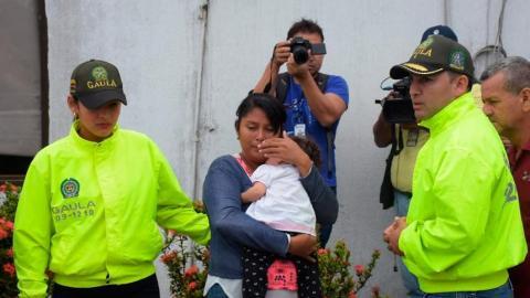 Wendy María Castro con su hija en brazos.