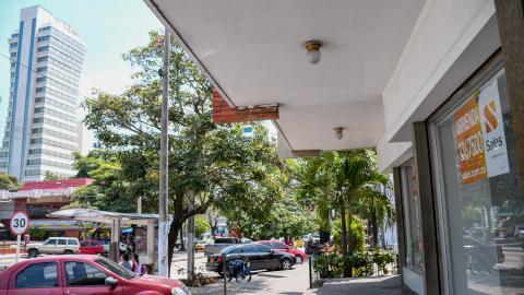 Local comercial con el letrero 'Se arrienda' en la zona de la calle 72 con carrera 54, en el norte de Barranquilla.