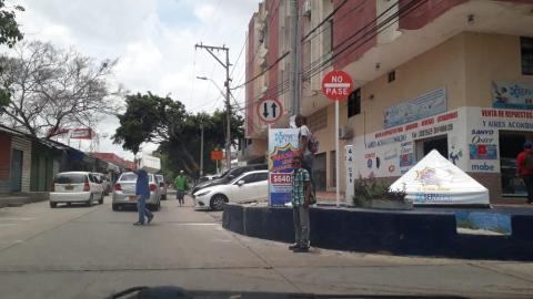 Mientras una prohíbe el paso vehicular, la otra dice que se puede transitar en doble sentido.