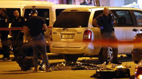 Policía forense israelí chequea el cuerpo de uno de los dos palestinos que murió.