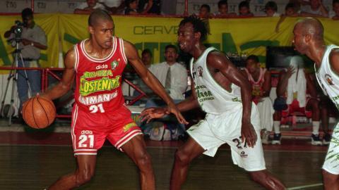 Un juego de los Caimanes en 1997.