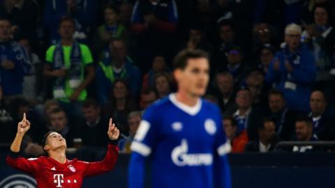 James Rodríguez celebra mientras la tribuna lo observa.