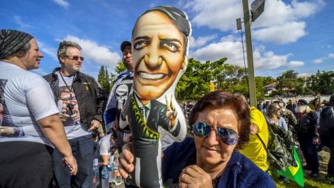 Una seguidora del candidato Jair Bolsonaro sostiene una imagen del candidato en las afueras del hospital Albert Einstein de Sao Paulo en donde se recupera de una cirugía.