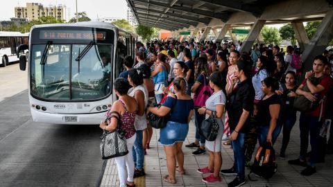El grupo de personas espera para subirse al articulado en la estación Joe Arroyo.