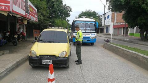 Un agente solicita los documentos a un taxista.