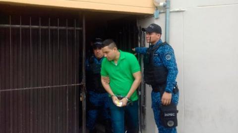El detenido Lebith Rúa,  'La Bestia del matadero', sale custodiado a poner la denuncia de un robo.
