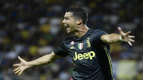 Cristiano Ronaldo celebra después de anotar durante el partido de fútbol italiano Serie A entre Frosinone y la Juventus.