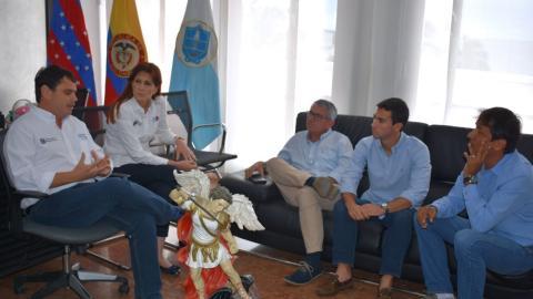 La gobernadora Rosa Cotes, y el director de turismo, Fidel Vargas, reunidos con los empresarios Juan Avila y Andrés Salazar.