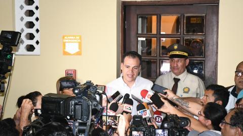 Mauricio Solórzano vicepresidente jurídico de la SAE durante la rueda de prensa al término de la asamblea general de accionistas de Triple A.