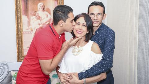 Patricia Acosta acompañada de su esposo José Pérez y su hijo Juan José.