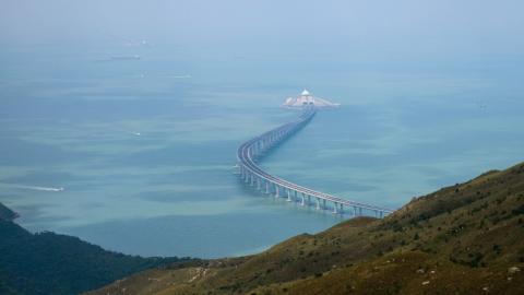 El puente captado desde la Lantau en Hong Kong desde el que se observa una parte de la estructura que une con China Continental.
