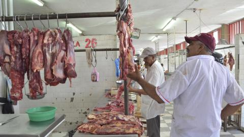 En el mercado de Valledupar hay 90 mesas que expenden carne, según autoridades.
