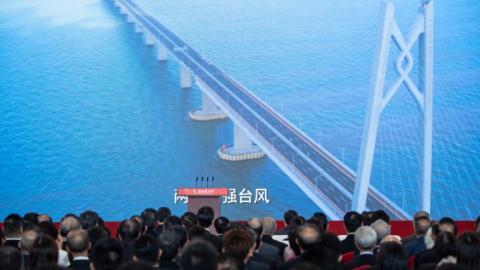 Decenas de asistentes a la inaugación del puente que empezó a ser construido en el 2009.