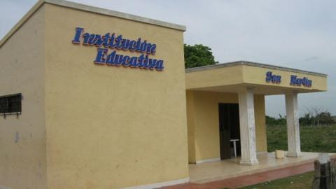 Fachada del colegio en Carbonero.