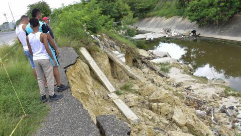Habitantes del barrio El Oasis en Soledad observan el deterioro del canal del arroyo El Platanal.