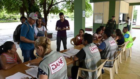 Un policía vigilaba ayer el desarrollo del censo de población y vivienda del Departamento Administrativo Nacional de Estadística (Dane), mientras algunos habitantes se registraban en el Centro Social Don Bosco.