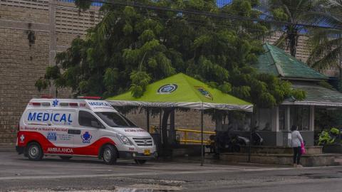 Una de las ambulancias del SEM parqueada en su punto de referencia en la calle 30.