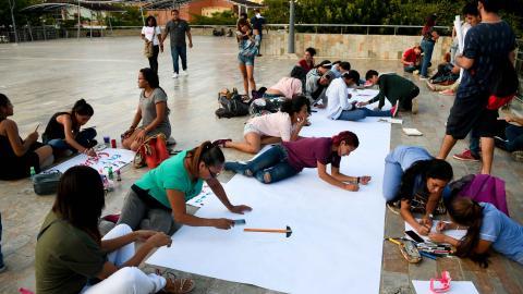 Estudiantes de la UA dibujan en la Plaza de la Paz.
