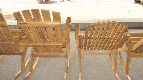 La Teca es la madera que más se impone en la elaboración de sillas, juegos de sala, comedor y alcoba.