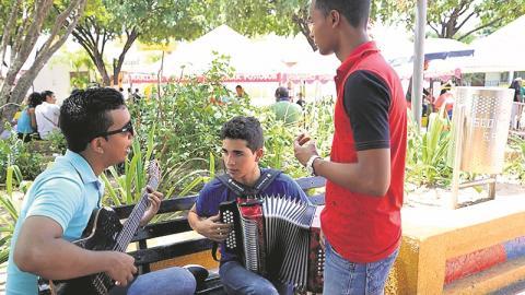 Los jóvenes  guajiros se reúnen en los parques a cantar vallenatos.
