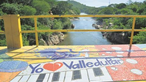 En el río Guatapurí esta la estatua de Rosario Arciniegas, la leyenda de una niña que se convirtió en sirena.
