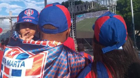 Los hinchas asistieron en familia a ver el partido en las pantallas gigantes.