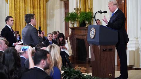 El airado intercambio de palabras entre Jim Acosta y Donald Trump durante una rueda de prensa.