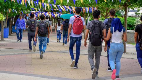 Estudiantes caminan por el acceso principal a la Universidad del Atlántico.