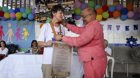 María Poulisse recibe la medalla Barrancas de San Nicolás, de parte del concejal Juan Carlos Zamora.
