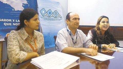 Jorge Enrique Pizano en un evento de Triple A en Barranquilla, efectuado el 20 de noviembre de 2003. Allí daban a conocer  detalles del concurso de pesebres reciclados. Lo acompañan en la foto María Leticia Rueda, de Coolechera, y Yesenía Díaz, subgerente de comunicaciones de la época.