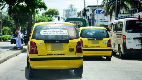 Los dos taxis que transitan por la calle 72 prestan el servicio de transporte colectivo a $2.000 por persona.