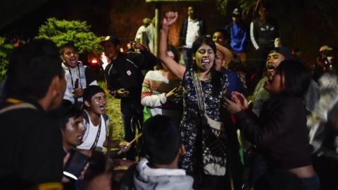 Indígenas cantan y danzan en la velación del líder Edwin Dagua.