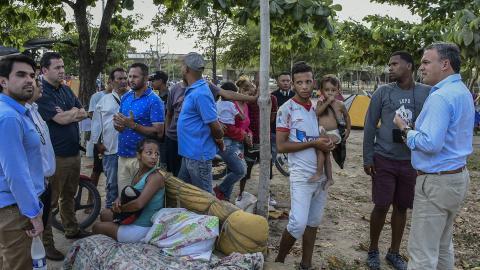 Los funcionarios visitaron a los venezolanos asentados en la oreja del puente.
