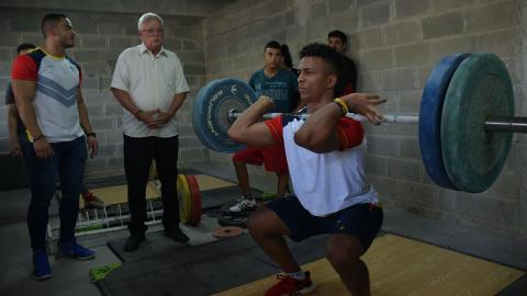 Gustavo Maldonado realiza un movimiento mientras el alcalde Joao Herrera y Miguel Cermeño (izq.) observan.