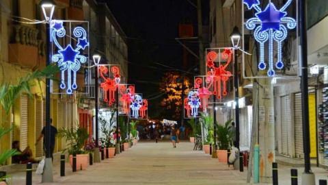 Así luce la calle 13 en el Centro Histórico de la capital del Magdalena, adornada con motivos de Navidad.
