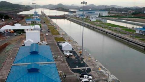 Vista de un barco que pasa por el Canal de Panamá.