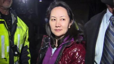 Meng Wanzhou sale de la audiencia de fianza en los Tribunales Superiores de la Columbia Británica.