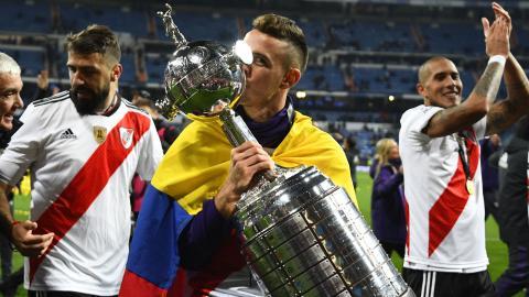 Rafael Santos Borré besando el trofeo de la Copa Libertadores.
