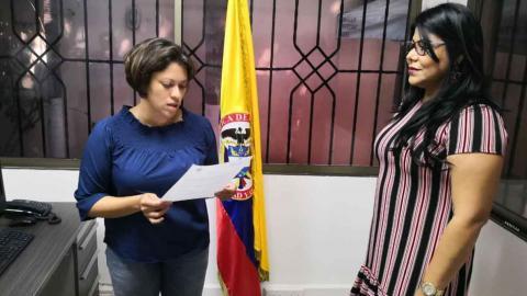 Natasha Avendaño (izq)  posesiona a Keidy Díaz(der)