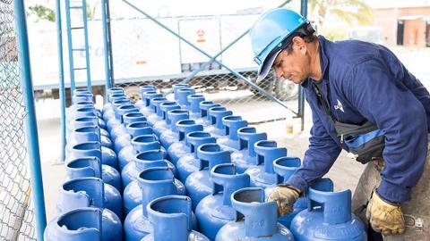 Operario revisa las pimpinas de gas propano.