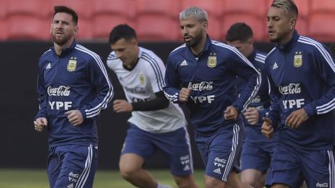 Messi y su combo entrenando ayer en Porto Alegre.