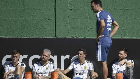 El técnico argentino Lionel Scaloni ante Lo Celso, Otamendi, Di María y Messi.
